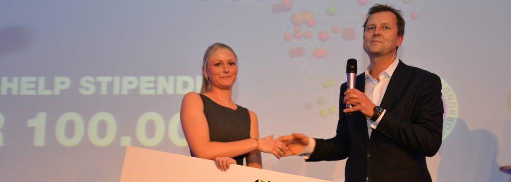 Jenny Marie Døli mottok NEF-HELP-stipendet 2015 av adm. dir. Johan Dolven i HELP Forsikring