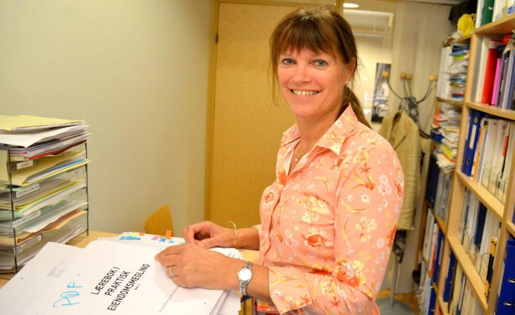 NEFs fagsjef Margrethe Røse Solli med korrekturen av ny lærebok.