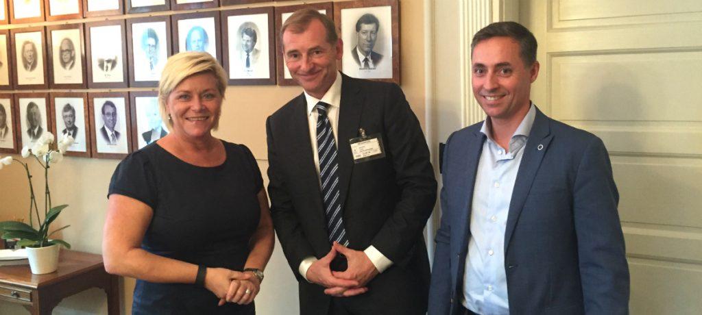 Finansminister Siv Jensen sammen med adm. dir. Carl O. Geving og styreleder Kurt F. Buck i Norges eiendomsmeglerfobund
